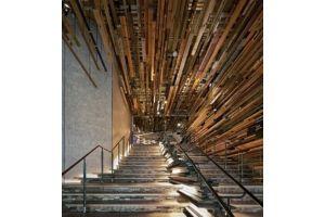 成千上万的回收木材建成的酒店大厅