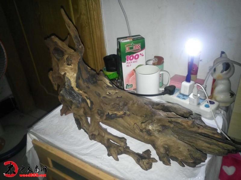 而狭义的木制工艺品主要采用各种木头为原料,有机器制作,有纯手工制作
