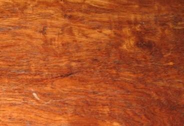木材纹理交错,梢部较直