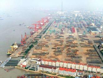 张家港口岸接卸堆存木材能力达800万立方米