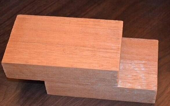 胶合板,户外地板,橱柜等广泛用途。 红柳桉,木材结构纹理亦如白柳桉,径切面花纹美丽,但干燥和加工较难。物理性能:材质坚硬,强度和韧性较高,抗震性能很好,抗腐蚀性中等蒸汽弯曲性能中等,用于高档家具,室内地板等家居装修,可作桃花心木的替代品。同时柳桉木的木屑多用于食用菌(如杏鲍菇)的培养基。 柳桉在干燥过程中稍有翘曲和开裂现象。柳桉木质偏硬,有棕眼、纤维长、弹性大、易变形。