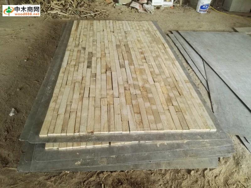 杨木生态板芯板批发厚1.4厘米  生态板以其表面美观、施工方便、生态环保、耐划耐磨等特点,越来越受到消费者的青睐和认可,以生态板生产的板式家具也越来越受欢迎。  生态板由于它的特性和环保特点,一直到现在都是板材行业的宠儿,最初是用来做电脑桌办公家具,多为单色板,随着家庭中板式家具的流行,它逐渐成为各家具厂首选的制造材料,表面色彩和花纹也更多。 生态板已广泛适用于家庭装饰、板式家具、橱柜衣柜、浴室柜等领域。 好的板材离不开好的板芯,河南省生态板芯加工厂位于河南省开封市通许县朱砂镇朱寨村,公司主营:桐木生态板
