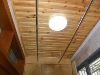 阳台用杉木集成板吊顶,万一顶面不争气漏水了呢?