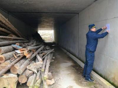 公共通道堆放木材 兴宁