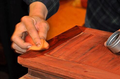 在红木家具上打蜡要用棉布