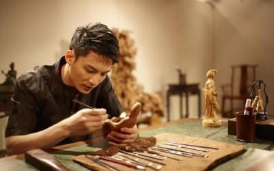 最帅木雕师:22岁起年年