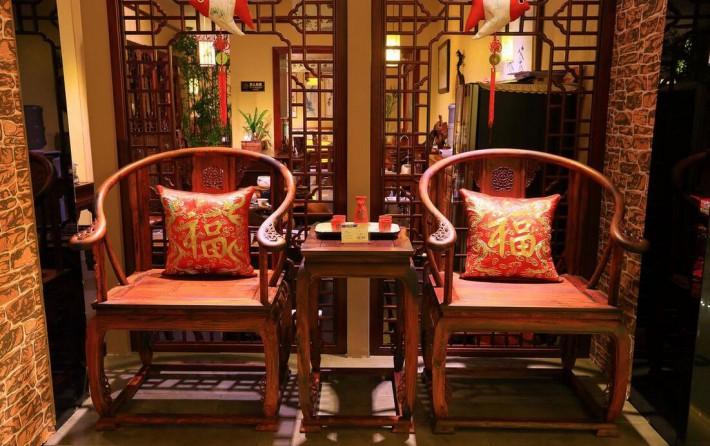 偏红的红木家具如小叶紫檀、老挝大红酸枝、巴里黄檀(花枝)、微凹黄檀、阔叶黄檀等这些木材的颜色偏红的