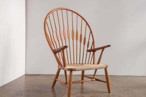 该椅子脱胎于英国的温莎椅,一经展出就成为公众关注的焦点