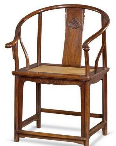 汉斯把圈椅的椅圈最前端向上一折