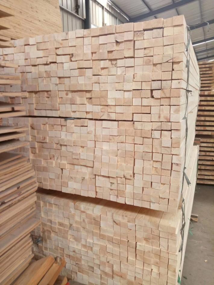 虽说松木指接板/指节条在很多方面不能同实木进行比较