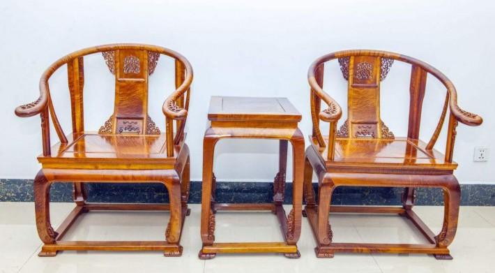 看金丝楠家具的颜色,纹理,金丝是否有移步换景的灵动美感。