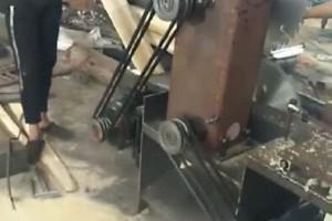 原木推台锯锯木视频