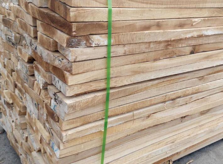 榆木板材木性坚韧,纹理通达清晰,硬度与强度适中