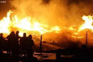 黄山一木材厂突发大火 无人员伤亡