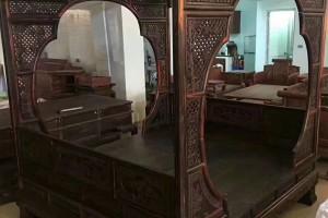 老挝大红酸枝黑料大板雕花月洞式架子床精品赏析