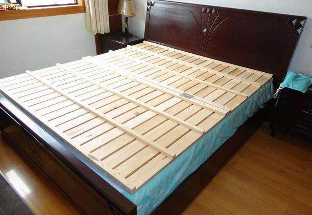 平板床板的木料比较随意,做工简单,所以整体造价比较低