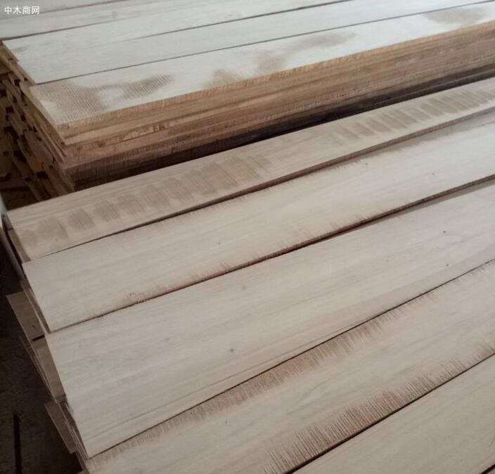 白杨木烘干刨光板是经过烘干刨光加工后的白杨木实木烘干板材