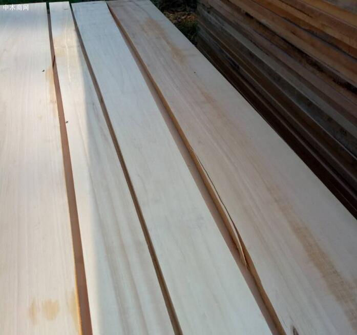 白杨木板材烘干刨光是为了保证白杨木家具与木制品的质量和延长使用寿命
