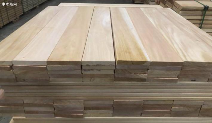 桃花心木的木纹通常呈交错的波纹形状