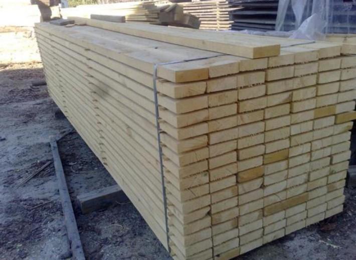 日照承浩木业·林先生:17663305632(微信同号)是一家国内外优质的木材加工企业,木材加工已成为一个稳定的工艺系统,专门化程度不断提高。电子计算机的应用,对制材技术的革新,木制品加工工业系统的变革,以至人造板生产工艺和产品设计工程的发展,都产生了重要作用。今后微处理机将更加深入到许多木材加工工艺领域,如原木、锯材的检尺、分等,木材、单板等干燥过程的控制以及热压工艺参量的调节等。同时,生物工程应用于纤维分离过程的可能性也已出现,定向技术的进一步提高,有可能使刨花和纤维按照产品用途性能的要求进行组织和纹理排列,成为木材加工中的最新技术。 花旗松边材颜色浅、宽度窄。心材由黄色到红褐色不等。早木及晚木颜色分别明显,后者有更深、更尖的带状。这种颜色差别造成平锯时木纹形状不同。木材质地细微到中等,纹路笔直、非渗水性。花旗松是加拿大强度最大的商用软木之一,其硬度高、抗磨损力强,适用于磨损是一个因素的地方,如支架、桥部件、木屋和商业建筑物。 30*50毫米,这就是我们常说的35方,主要是用来吊棚或者做一些内部结构. 60*90毫米,现在这种规格很少见到,以前主要是利用它制作家具一类的产品. 120*40毫米,这主要是我们常说的门边方,就是常使用它做门的骨架的.