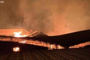 柳州沙塘镇一木材厂发生火灾 多辆消防车赶往救援