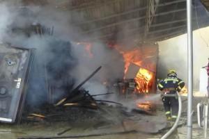 陕西合阳一木材厂起火 现场浓烟滚滚