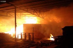 拉萨木材加工厂突发大火
