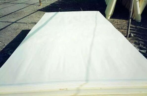 杨木三拼就是一张人造板用三块杨木木皮拼成的