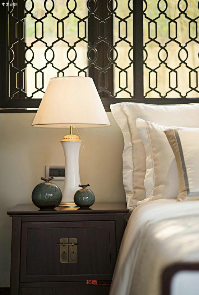 你可以在床边加装床边灯