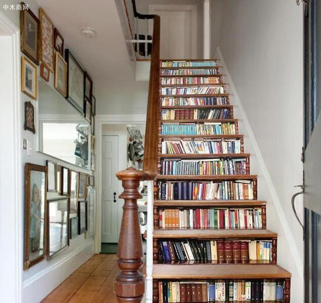 楼梯台阶之间放置书籍: