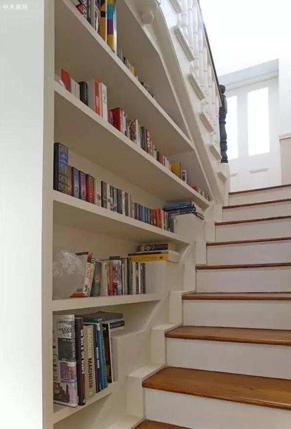楼梯两侧设置书架