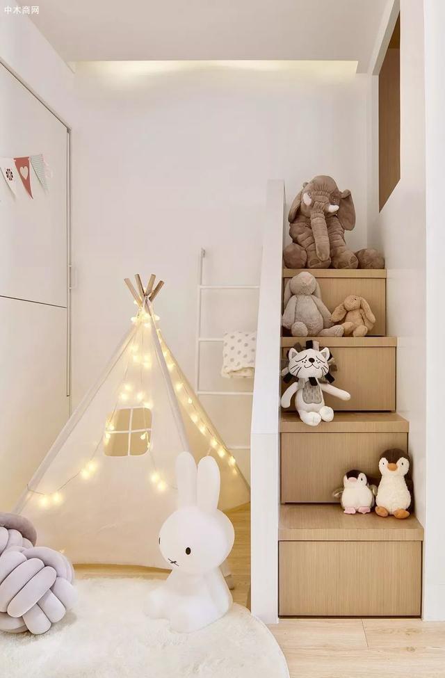 设计师将温润的木色以及纯净的白色作为儿童房的主要色彩