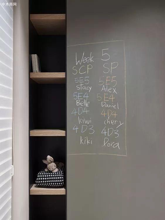 利用墙角的空隙做了小物件的摆放空间
