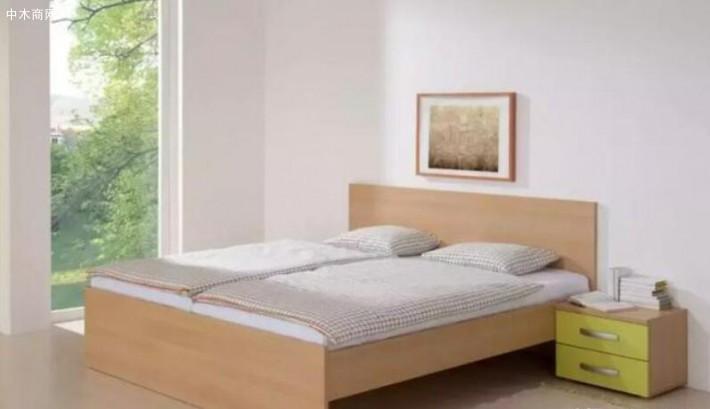 并没有把板式床放在木质床架中写