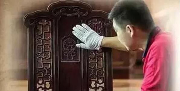 最常见的造假方法就是将新制的仿古家具进行特殊的加工做旧