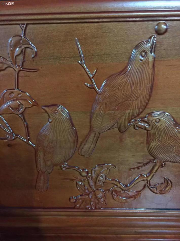 随着实木沙发的盛行,香樟木沙发因其采用的香樟木这一名贵