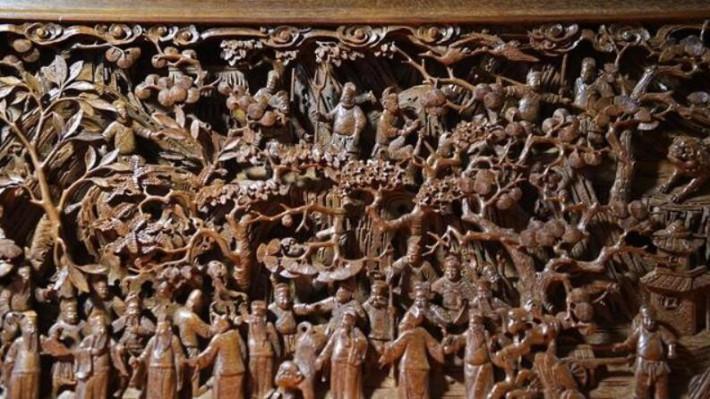 在位于江西省婺源县江湾镇汪口村的工作间里,俞友鸿在雕刻木雕作品