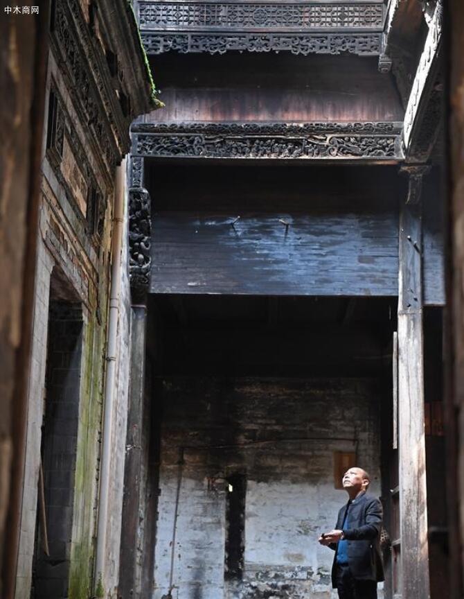 俞友鸿花三年时间完成的木雕作品《皇帝狩猎图》