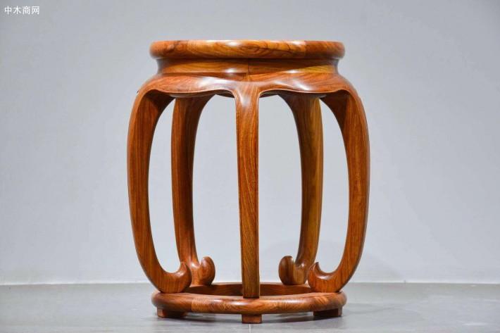 现在很多人在购买家具时偏向于实木家具