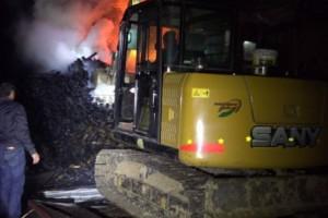 汉中铺镇一木材厂起火 消防连夜施救
