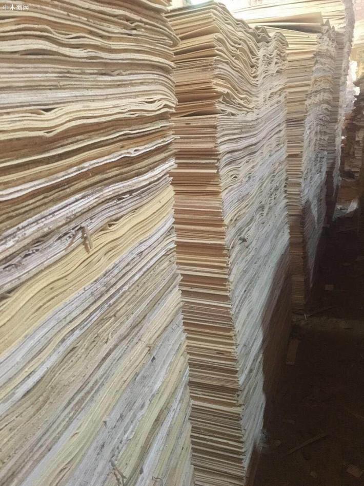 对于建筑模板来说松木的要好一些