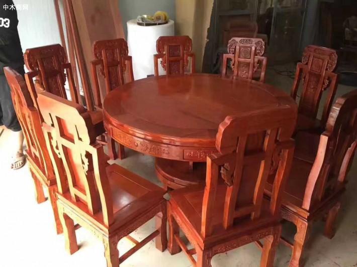 缅甸花梨木园餐桌的桌面由大料拼制成