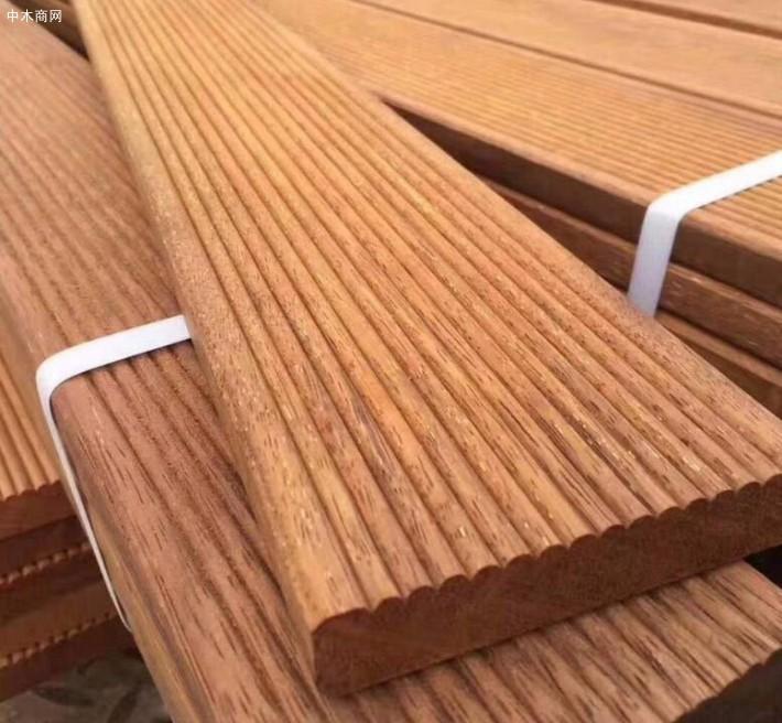 印尼菠萝格木板材心边材区别明显,边材淡黄白色至灰白色
