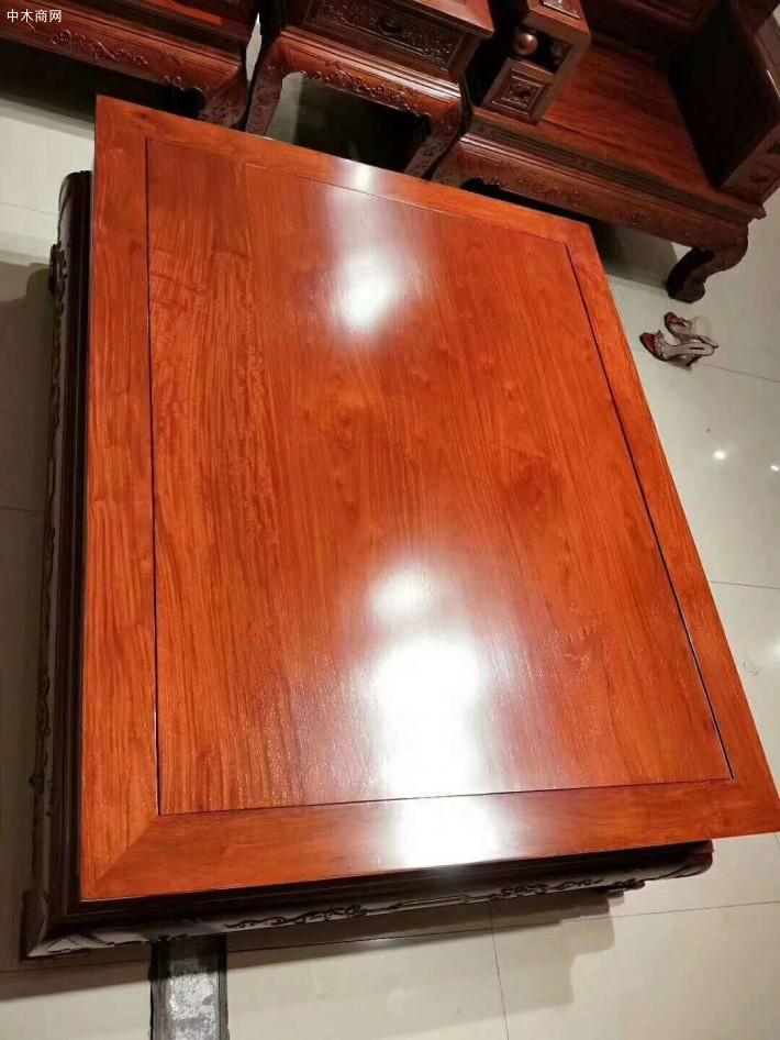 在缅甸花梨木红木家具客厅沙发的保养时因为其材质较硬较脆