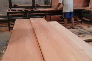 印尼桃花芯木板材高清图片