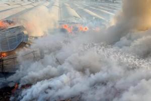 四川西昌一堆放废弃木材场地发生火灾