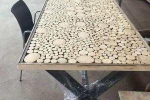 旧木头捡回家,锯成一片片,全部粘起来铺在桌子上,给2000都不卖