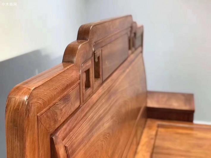 床沿拼接也都是采用榫卯结构,看过去没什么缝隙