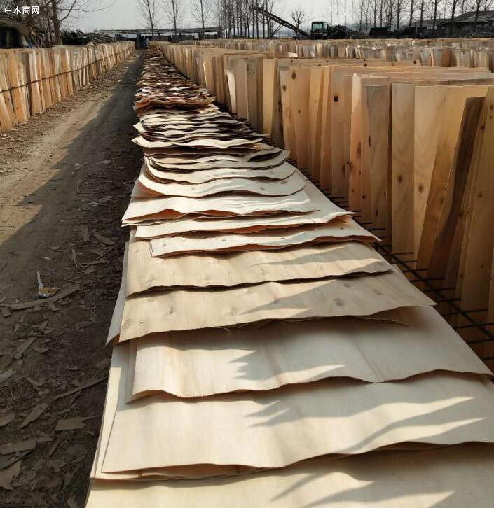 徐州杨木三拼就是一张人造板用三块杨木皮子拼成的