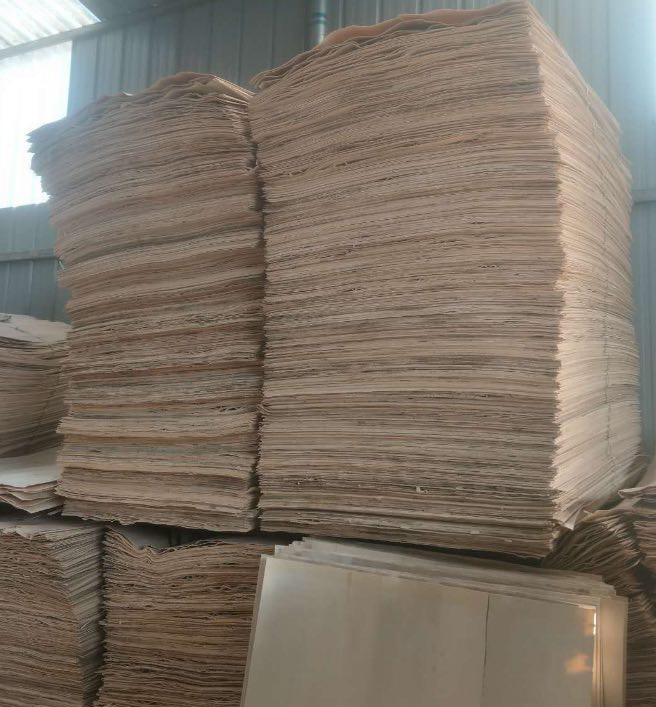 杨木三拼就是一张人造板用三块杨木皮子拼成的